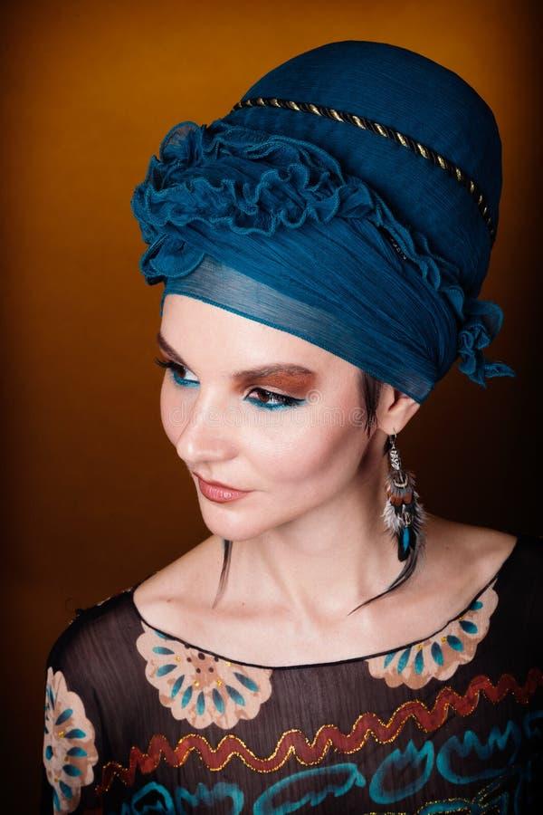 Marrom azul da composição do fasion da jovem mulher fotografia de stock