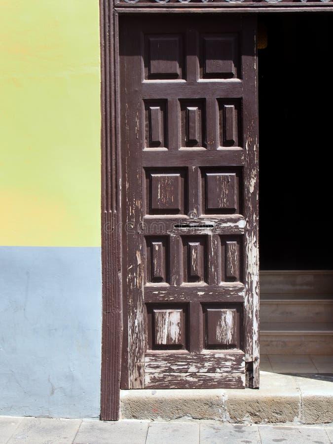 Marrom velho porta de madeira pintada aberta com escadas para dentro imagens de stock royalty free