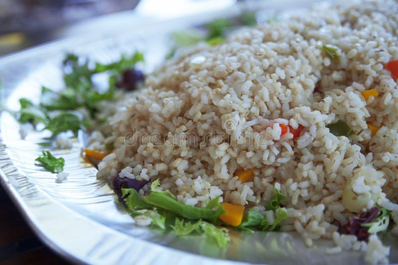 Marrone cotto a vapore sano, riso integrale con le verdure su un grande piatto immagini stock