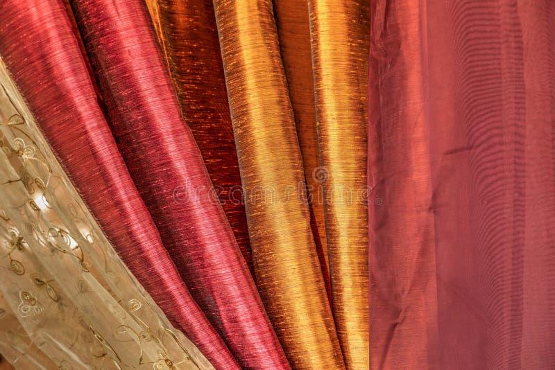 Marrone rossiccio, oro e tessuto di seta bianco riunito insieme fotografia stock libera da diritti