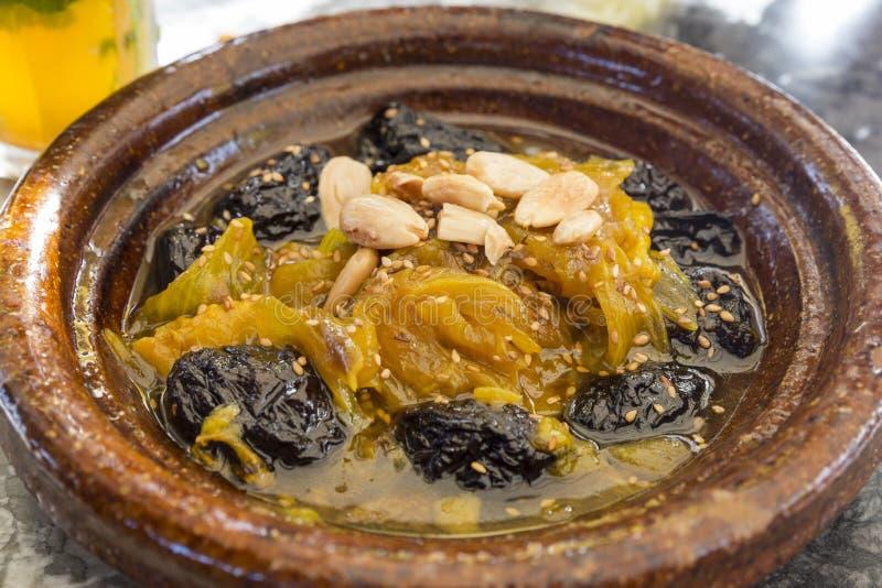Marroquí tradicional Tajine con el cordero y las verduras imagen de archivo