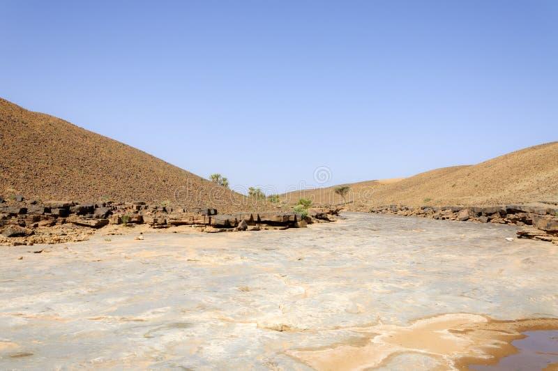 Marruecos, Hamada du Draa, río de piedra fotos de archivo
