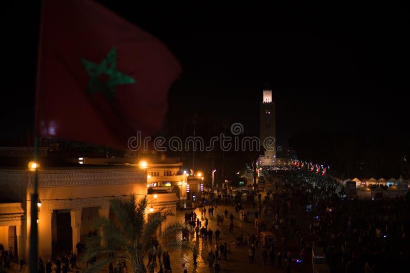 MARRUECOS - MARRAKESH ENERO DE 2019: Vista nocturna en mezquita del koutoubiya del EL Fna, un cuadrado y mercado de Djemaa en Mar fotografía de archivo libre de regalías