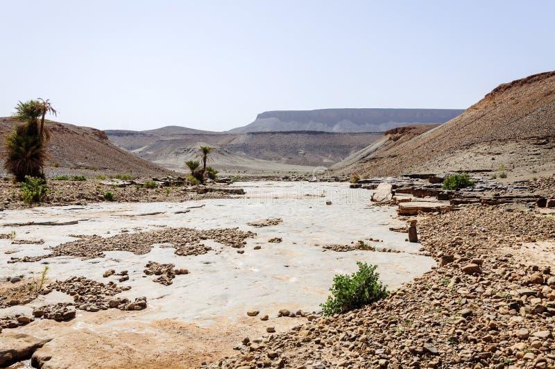 Marruecos, valle de Draa, río de piedra imágenes de archivo libres de regalías