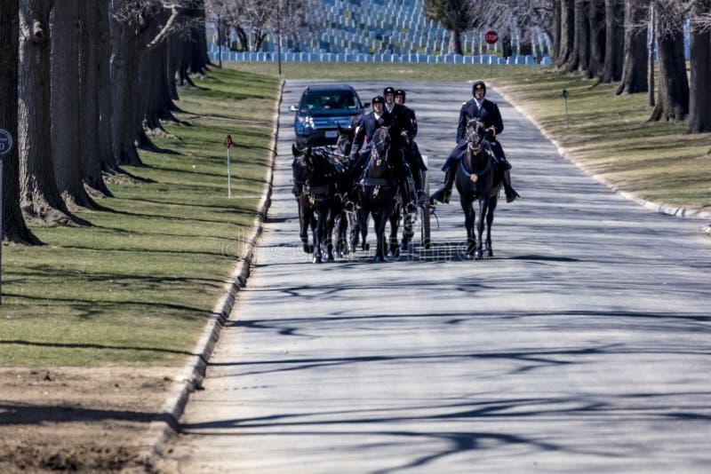 MARS 26, 2018 - ARLINGTON KYRKOGÅRD, WASH D C - Jordfästning på Arlington den nationella kyrkogården, Virginia, Begravning vit royaltyfri foto