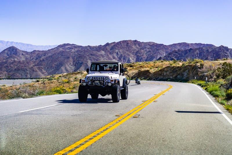 Mars 17, 2019 Coachella Valley/CA/USA - jeepmedel som reser på en huvudväg i södra Kalifornien royaltyfri foto