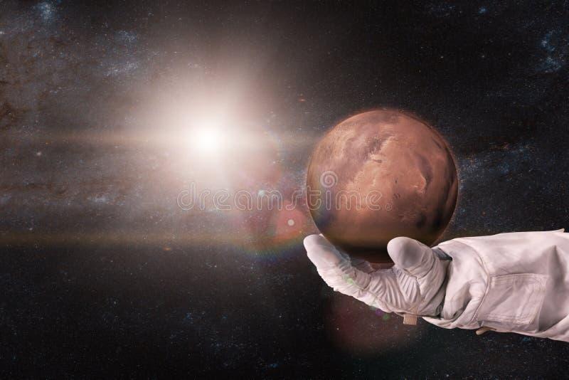 Mars dans les mains de l'astronaute images libres de droits