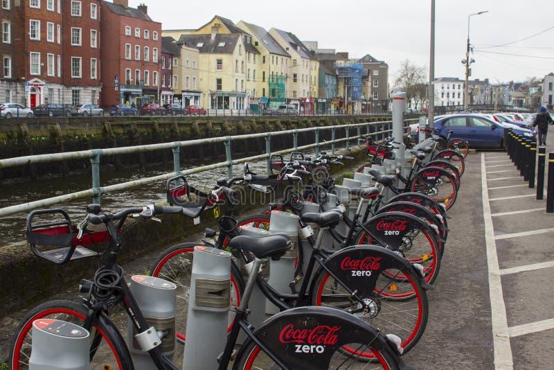 18 mars 2018 den populära colan noll cykelhyraställning på fadern Mathew Quay i Cork City Ireland royaltyfri foto