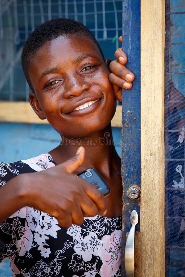 MARS 18 för ½ för ACCRA GHANA ï¿: Den oidentifierade afrikanska flickan poserar med mo arkivfoto