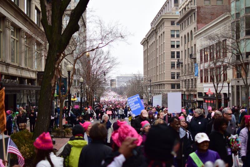 Mars 2017 för kvinna` s: Marschera för personer som protesterar arkivbild