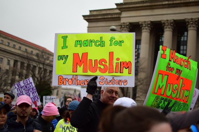 Mars 2017 för kvinna` s: Marschera för personer som protesterar arkivfoto