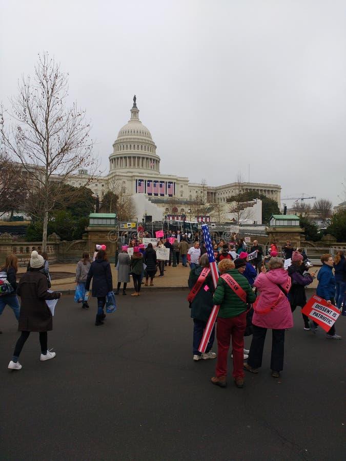 Mars för kvinna` s på Washington, USA Kapitoliumbyggnad, personer som protesterar samlar mot presidenten Donald Trump, Washington fotografering för bildbyråer