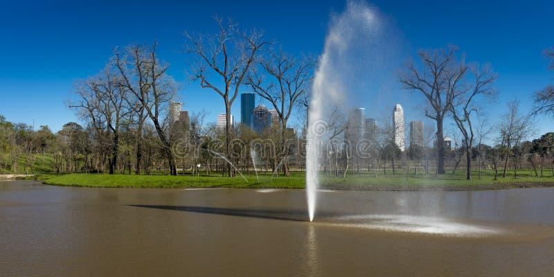 7 mars 2018, HOUSTON, le TEXAS - bâtiments ayant beaucoup d'étages dans le paysage urbain de Houston du cimetière de Glenwood, Mo photo stock