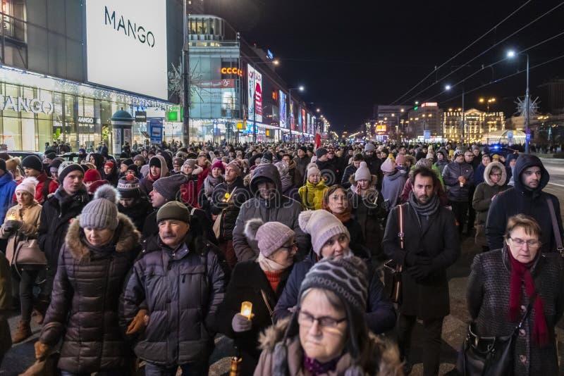 Mars i åminnelse av den mördade borgmästaren Adamowicz In Warsaw royaltyfri fotografi