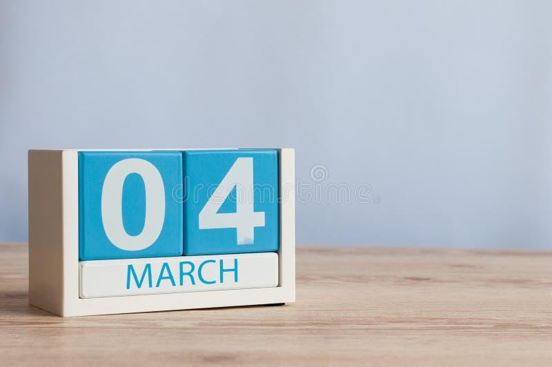 4 mars Jour 4 du mois, calendrier en bois de couleur sur le fond de table Printemps, l'espace vide pour le texte photographie stock libre de droits