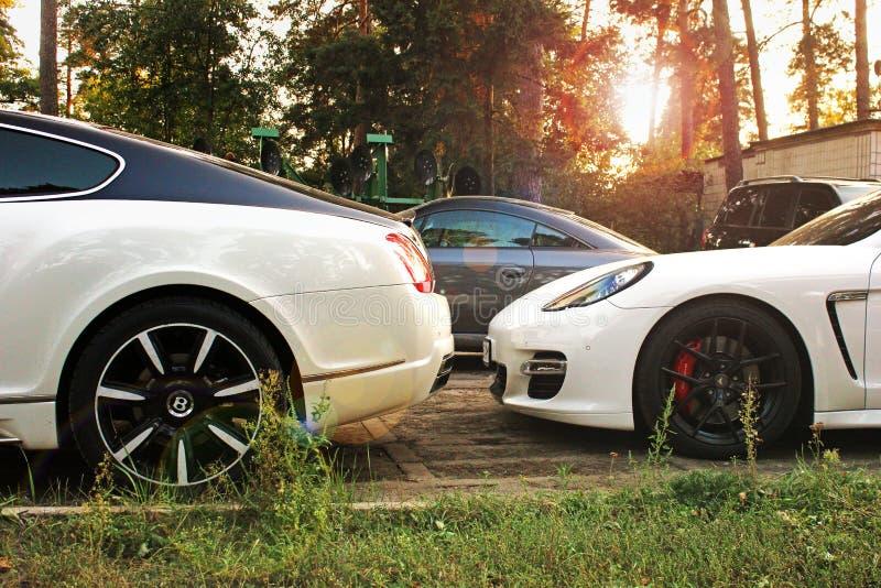 16 mars 2013 ; Kiev, Ukraine Bentley Continental GT Mansory et Porsche Panamera Turbo et Audi TTT RS images libres de droits