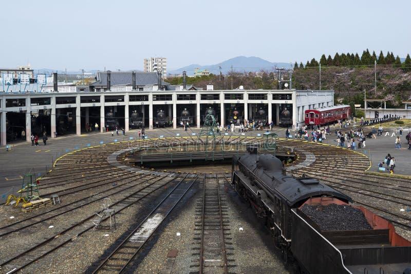 Mars 29, 2019 - Kyoto, JapanRoundhouse och en skivtallrik på Kyoto det järnväg museet, Japan royaltyfria foton