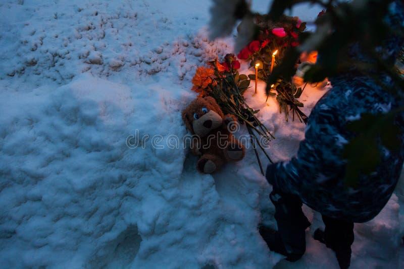 27 mars 2018, la RUSSIE, VORONEZH : L'action de commémorer les victimes du feu au centre commercial dans Kemerovo photo libre de droits