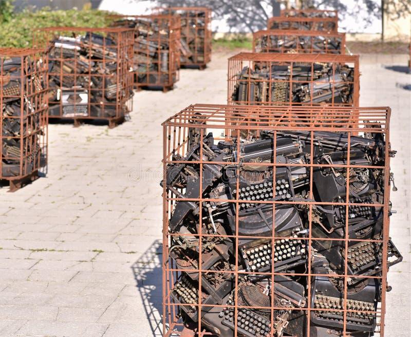 Mars 2019, Largo, la Floride, centaines de machines à écrire antiques sont groupés en rangées des cages rouillées dans un art exp images stock
