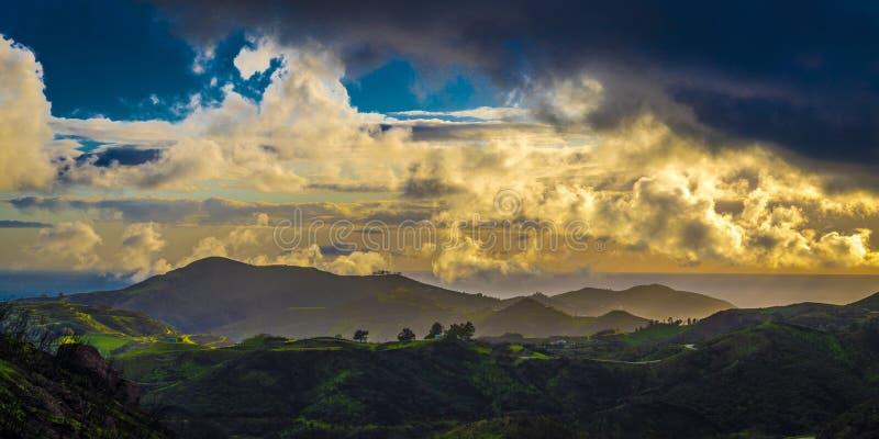 MARS 7, 2019, MALIBU, LA, CA, USA - bergigt landskap av Malibu med greenfields och solnedg?ngmoln royaltyfria bilder