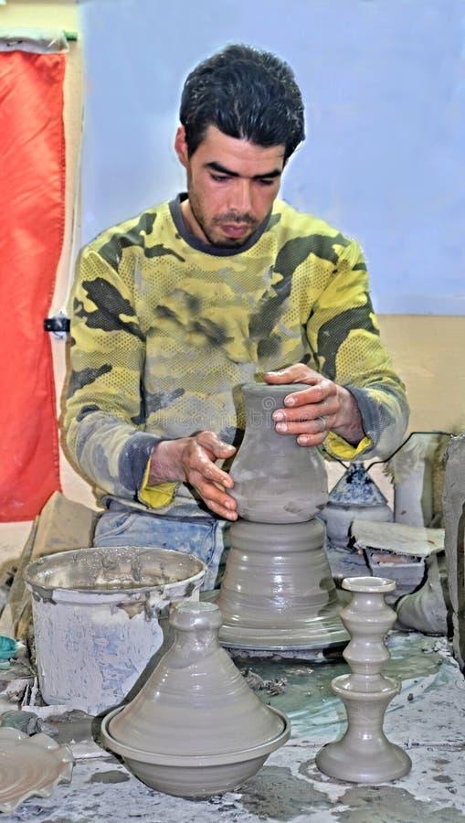 19 mars 2019, Marocko Staden av Fez: Den yrkesmässiga keramikern visar hans arbete till turister arkivbild