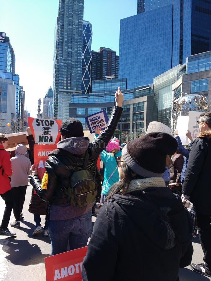 Mars pendant nos vies, contrôle des armes, a outragé le protestataire, NYC, NY, Etats-Unis photos libres de droits