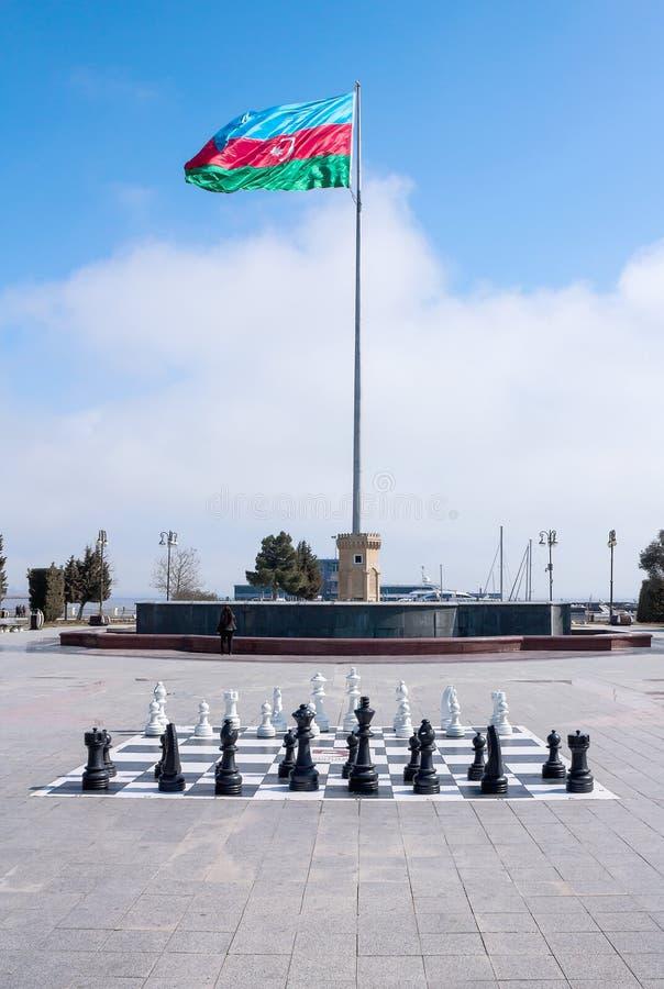 10 mars 2017, place d'Azneft, Bakou, Azerbaïdjan Un grand échiquier en parc de bord de la mer, enfants jouant des échecs photographie stock libre de droits