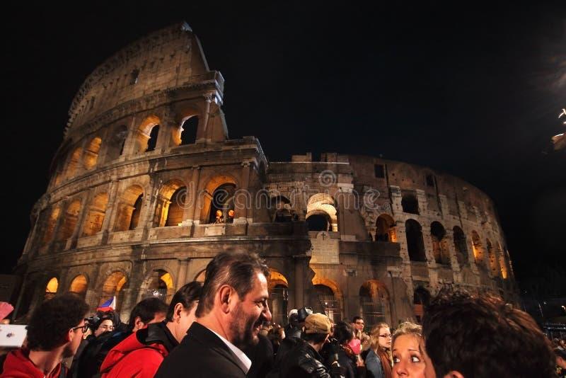Foule devant Colosseum pendant la manière de la croix à Rome photo stock