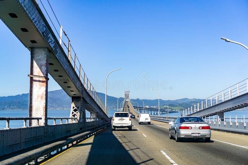 Mars 31, 2019 Richmond/CA/USA - köra på den Richmond - San Rafael bron John F McCarthy minnes- bro, San Francisco Bay arkivfoto