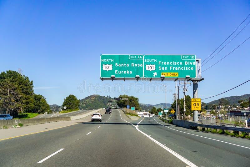 Mars 31, 2019 San Rafael/CA/USA - resande på motorvägen norr San Francisco Bay område in mot för den Sonoma dalen, royaltyfria foton