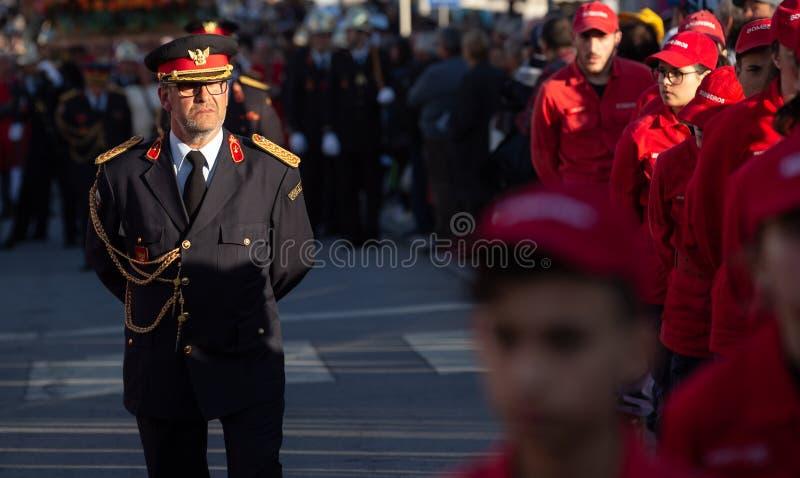 19 mars 2019 - sapeurs-pompiers portugais avec l'uniforme pendant un cortège religieux au jour de pères en Povoa de Lanhos photo libre de droits
