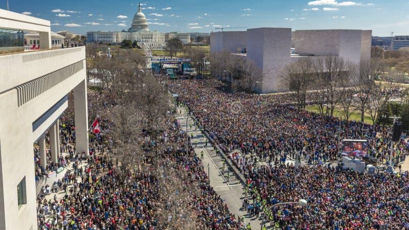 MARS 24, 2018: Washington D C Hundratals tusentals samlar på den Pennsylvania avenyn, NW in Demokrati skola arkivfoto