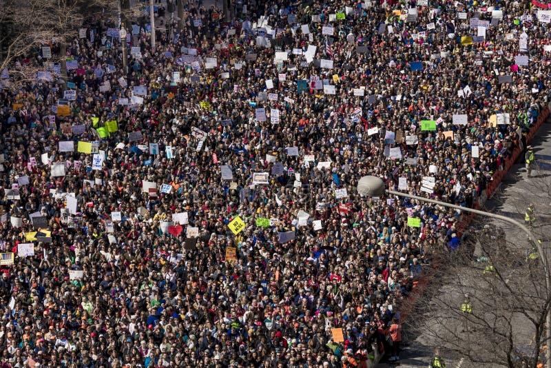 MARS 24, 2018: Washington D C Hundratals tusentals samlar på den Pennsylvania avenyn, NW in Först högt arkivfoton