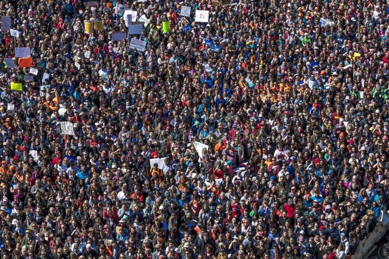 MARS 24, 2018: Washington D C Hundratals tusentals samlar på den Pennsylvania avenyn, NW in USA marsch arkivfoton