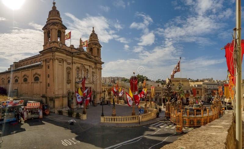 Marsa Malta - Maj 2018: Panoramautsikt av den festively dekorerade fyrkanten med flaggor för religiös ferie för årlig festa arkivfoton