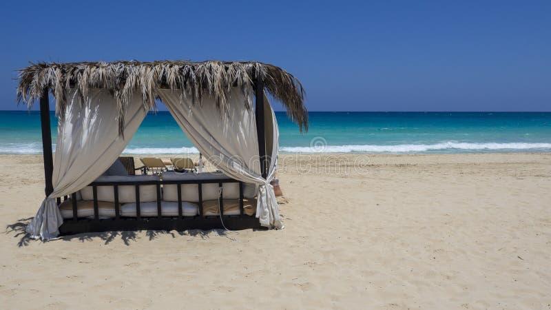Marsa Matruh, Egipt Elegancki gazebo na plaży Zadziwiający morze z tropikalnymi błękita, turkusowych i zielonych kolorami, Relaks zdjęcia stock