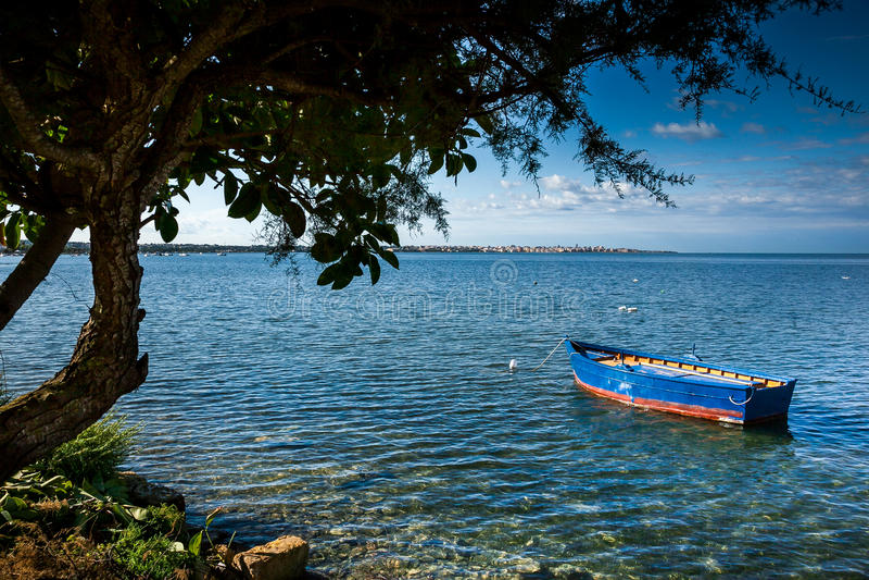 Marsala, Trapani, Sicília, Itália - barco no mar imagem de stock