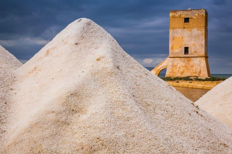 Marsala, Trapani, Sicília, Itália - moinho de vento e saltwork velhos imagens de stock royalty free