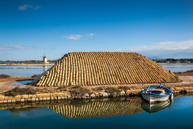 Marsala, Trapani, Sicília, Itália - moinho de vento e saltwork velhos imagem de stock royalty free