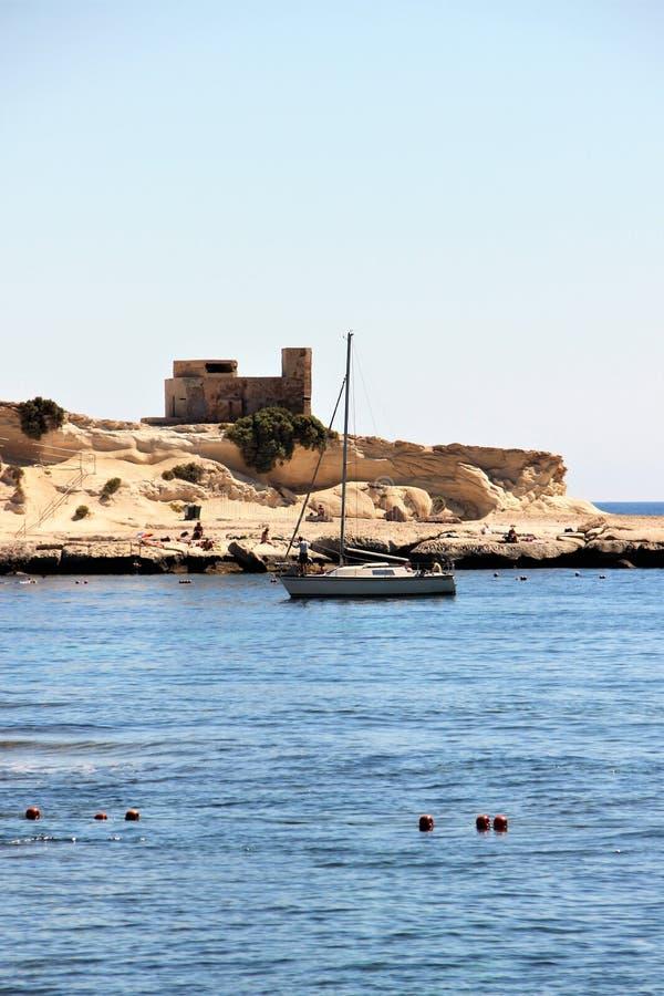 Marsaskala, Malta, julio de 2016 Hermosa vista del yate en la orilla rocosa imagenes de archivo