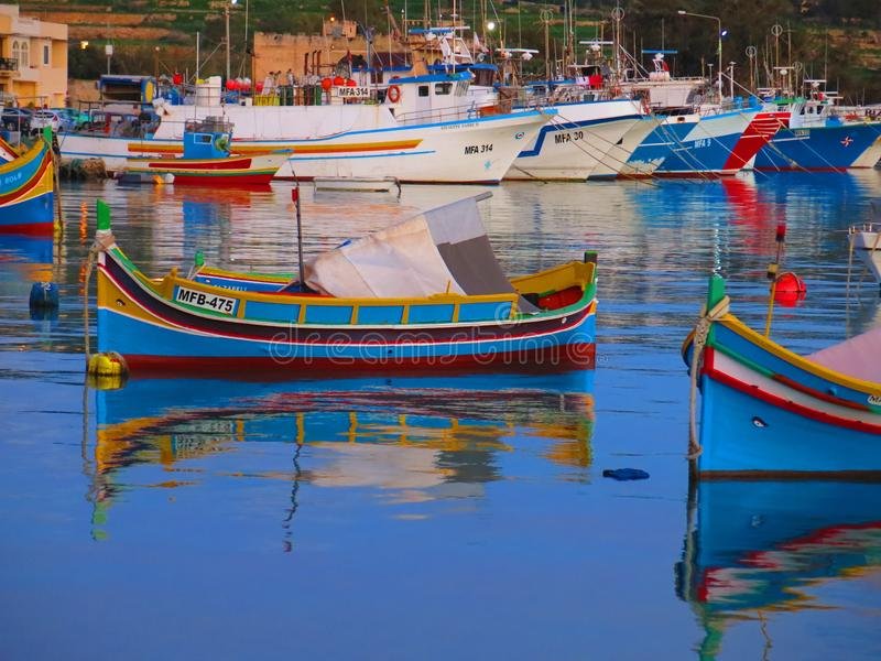 Marsaxlokk港有五颜六色的渔船的 免版税库存照片