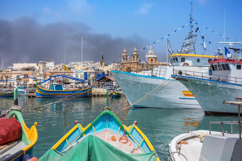 Marsaxlokk é uma aldeia piscatória tradicional em Malta fotografia de stock royalty free