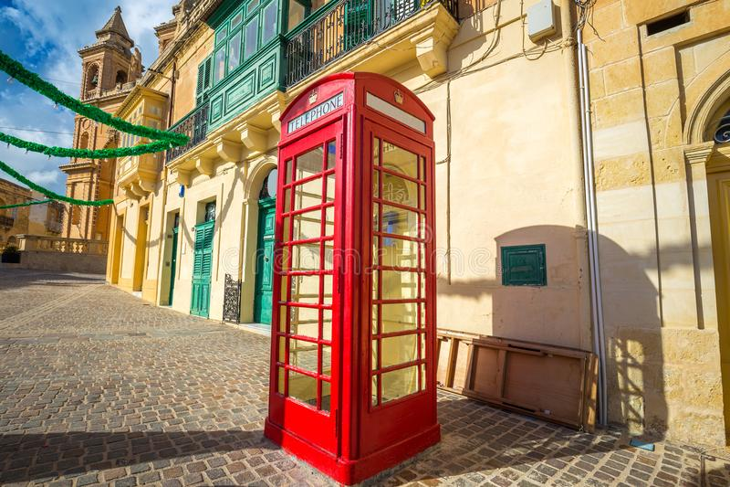 Marsaxlokk, Μάλτα - κλασικό κόκκινο βρετανικό τηλεφωνικό κιβώτιο στο παραδοσιακό ψαροχώρι Marsaxlokk στοκ εικόνα με δικαίωμα ελεύθερης χρήσης