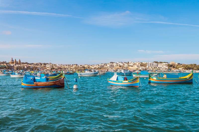 Marsaxlokk con Luzzu, barco de pesca tradicional de las islas de Malta foto de archivo