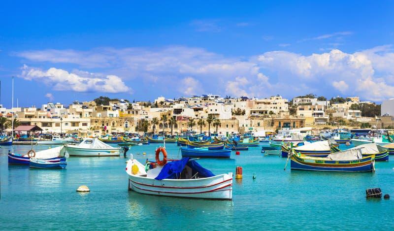 Marsaxlokk-Dorf mit traditionellen bunten Fischerbooten Luzzu lizenzfreies stockfoto