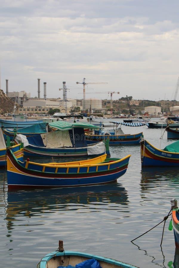 Marsaxlokk, Malta, agosto 2015 Pescherecci maltesi tradizionali multicolori nella baia fotografia stock