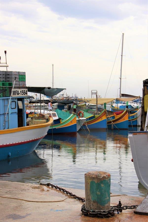 Marsaxlokk Malta, Augusti 2015 Fartyg för att fiska på pir i fjärden royaltyfria foton
