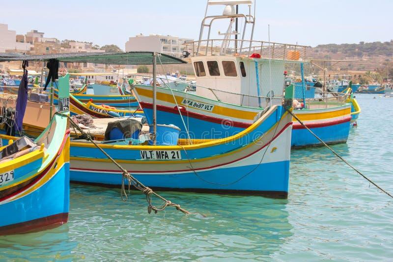 Marsaxlokk, Malta - Mai 2018: Schöne Ansicht des Fischerdorfes mit traditionellem gemustertem Boote luzzu lizenzfreies stockbild
