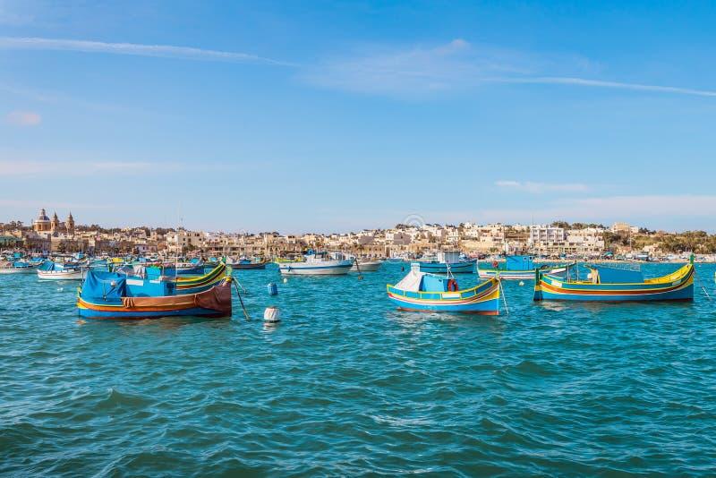Marsaxlokk mit Luzzu, traditionelles Fischerboot von Malta Inseln stockfoto