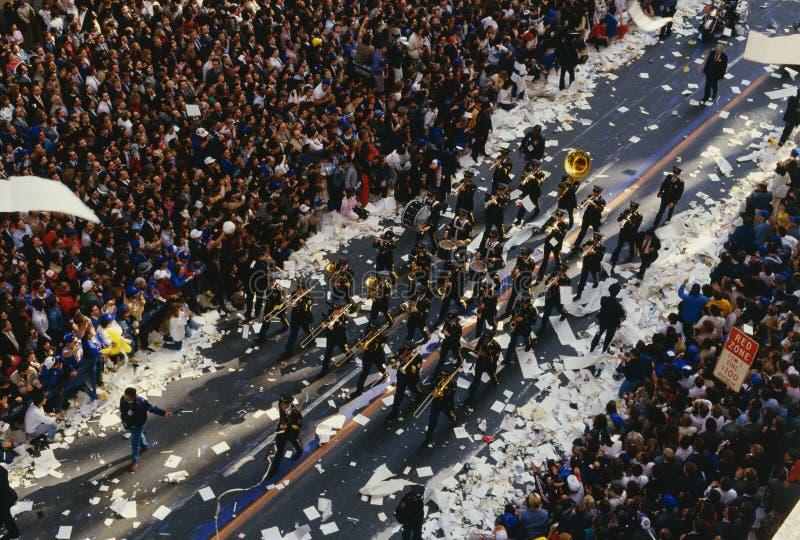 Marschbandet i ett Tickerband ståtar på Broadway arkivfoton